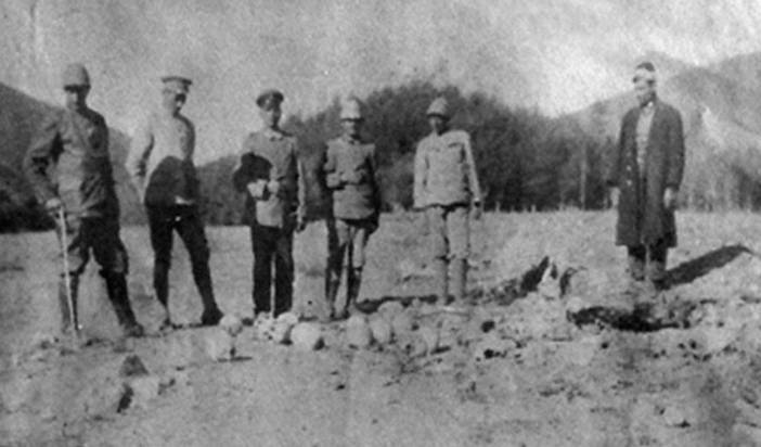 German and Turkish officers pose with the skulls of Armenian victims.